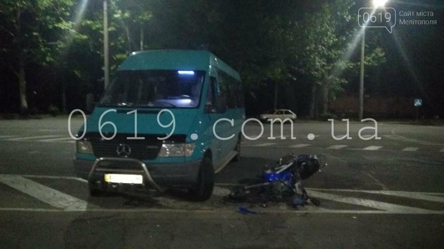 ДТП: мотороллер врезался в микроавтобус, фото-2
