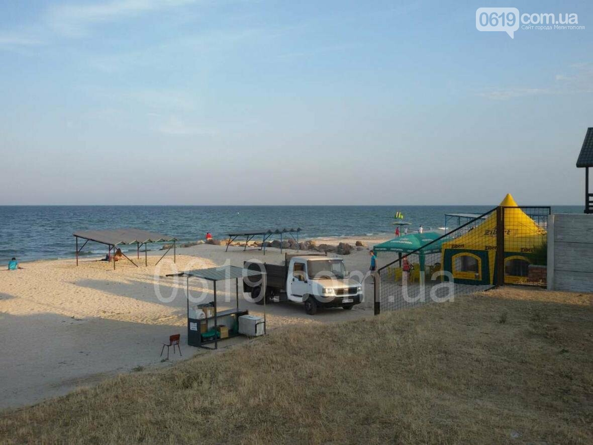 Неизвестные незаконно  вывозят песок с пляжа в Кирилловке, фото-1