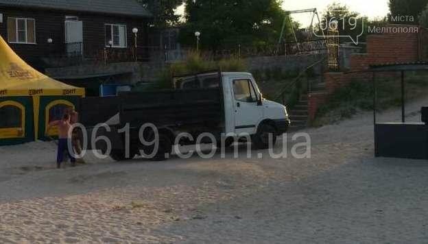 Неизвестные незаконно  вывозят песок с пляжа в Кирилловке, фото-2