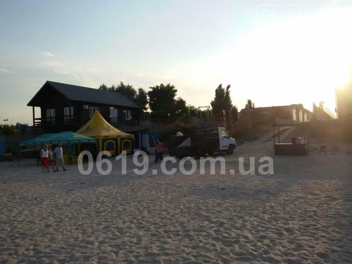 Неизвестные незаконно  вывозят песок с пляжа в Кирилловке, фото-3