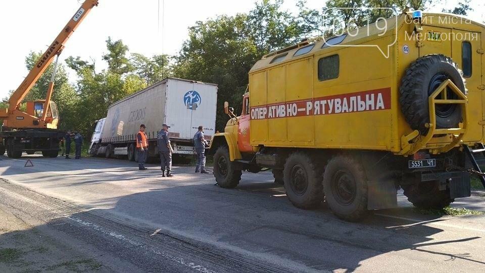 Спасатели вытащили грузовик из кювета, фото-1