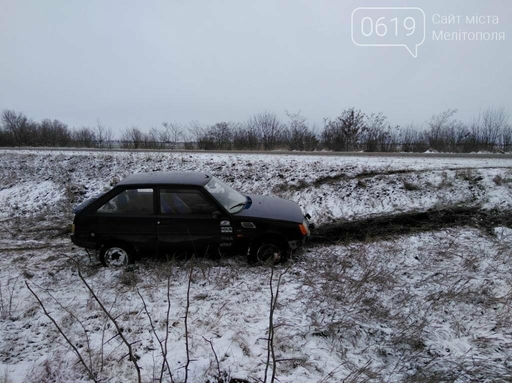 Автомобиль слетел в кювет на скользкой дороге, - ФОТО, фото-1