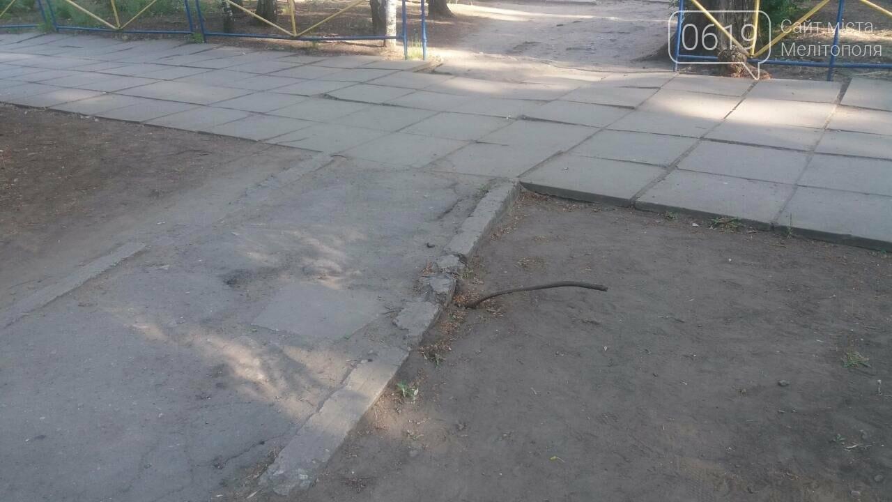В Мелитополе возле школы торчит металлический прут, о который могут травмироваться ученики , фото-2, Фото 0619