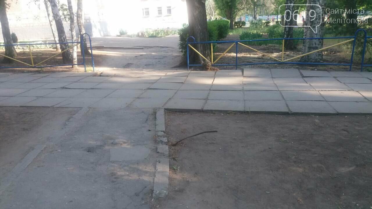 В Мелитополе возле школы торчит металлический прут, о который могут травмироваться ученики , фото-1, Фото 0619