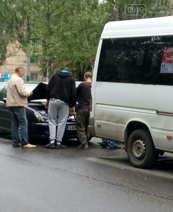 В Мелитополе в маршрутку врезалась иномарка, - ФОТО, фото-1
