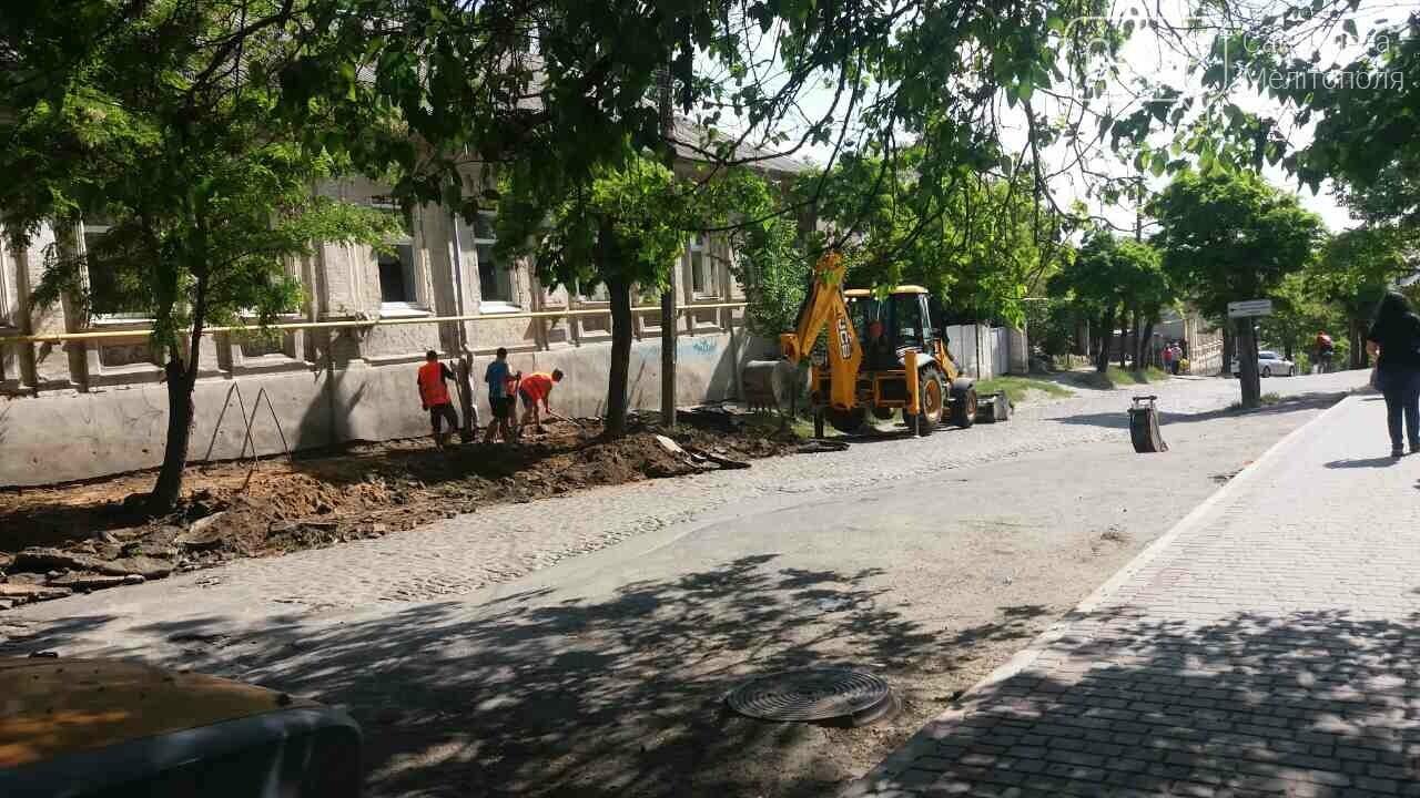 На мелитопольские тротуары продолжают укладывать плитку, фото-1