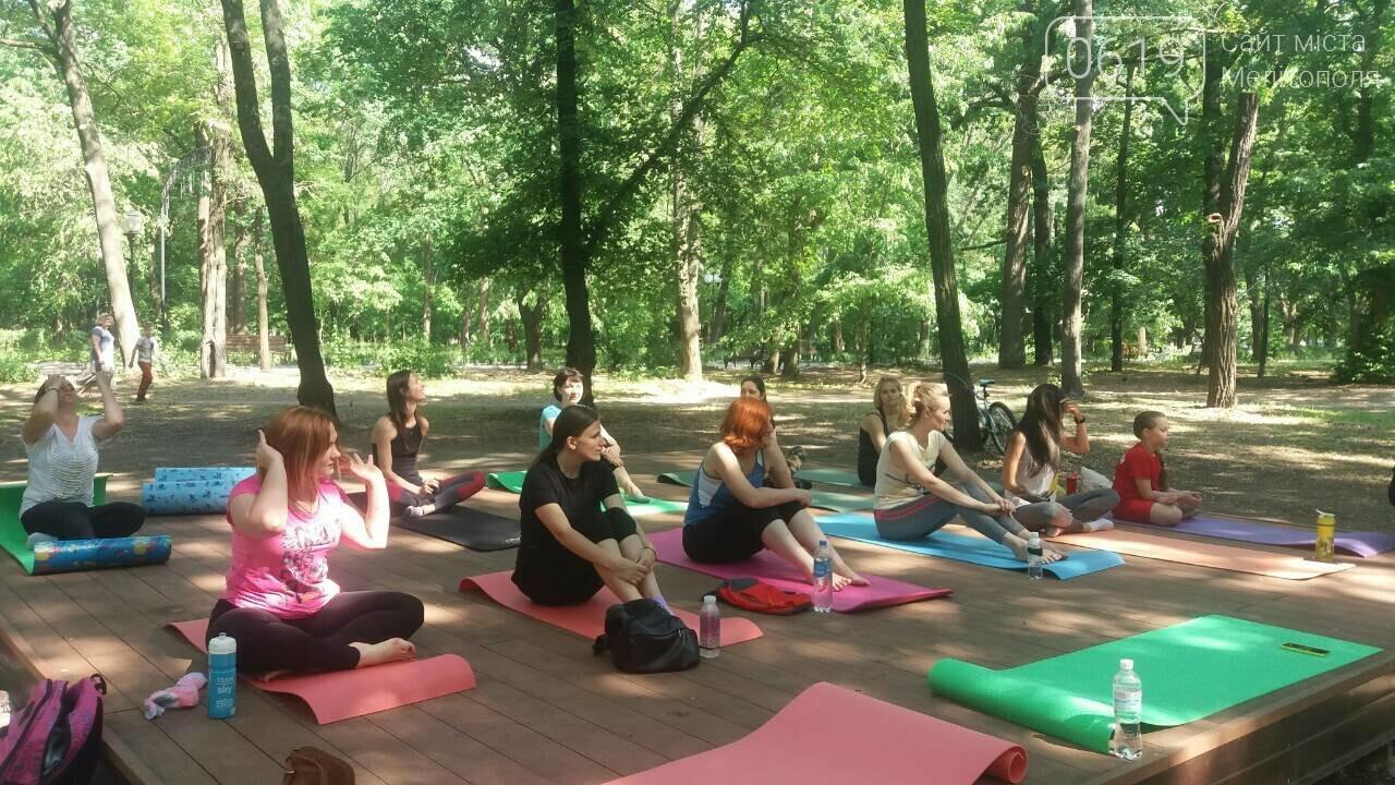 В мелитопольском парке прошло первое в этом сезоне занятие по йоге , фото-2, Фото сайта 0619