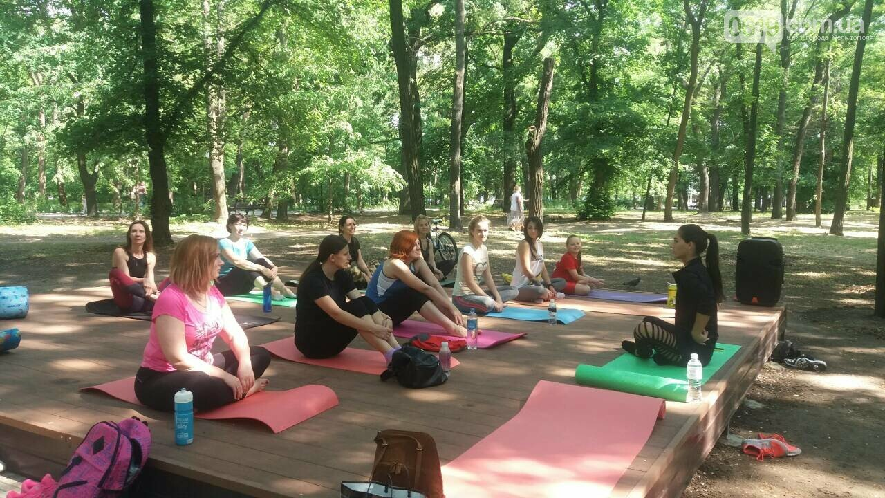 В мелитопольском парке прошло первое в этом сезоне занятие по йоге , фото-3, Фото сайта 0619
