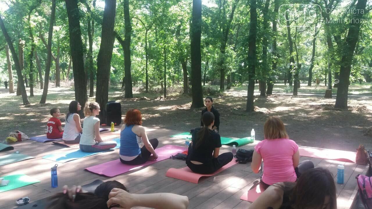 В мелитопольском парке прошло первое в этом сезоне занятие по йоге , фото-1, Фото сайта 0619