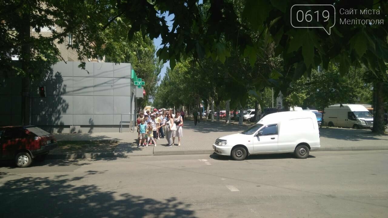 В Мелитополе автохамы массово паркуются в неположенном месте , фото-1
