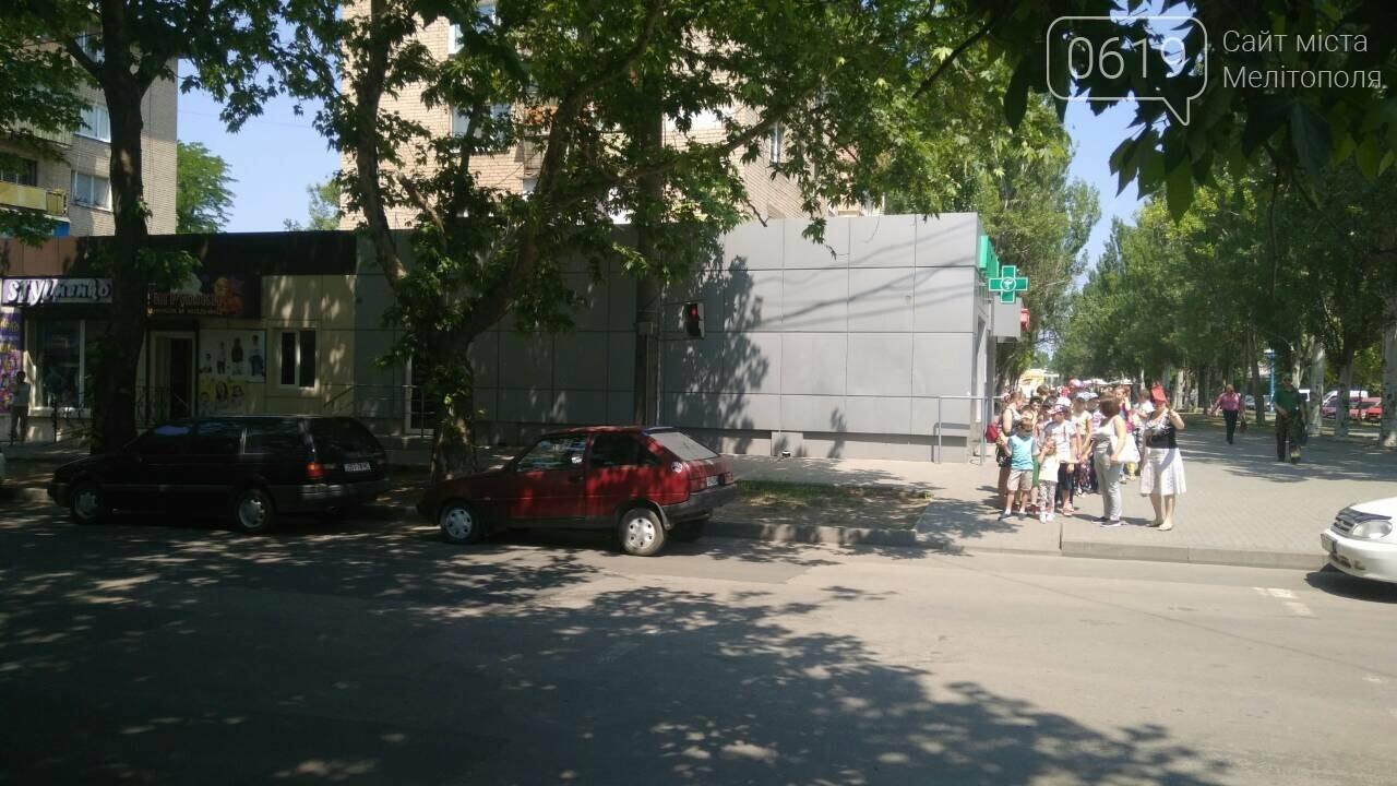В Мелитополе автохамы массово паркуются в неположенном месте , фото-3