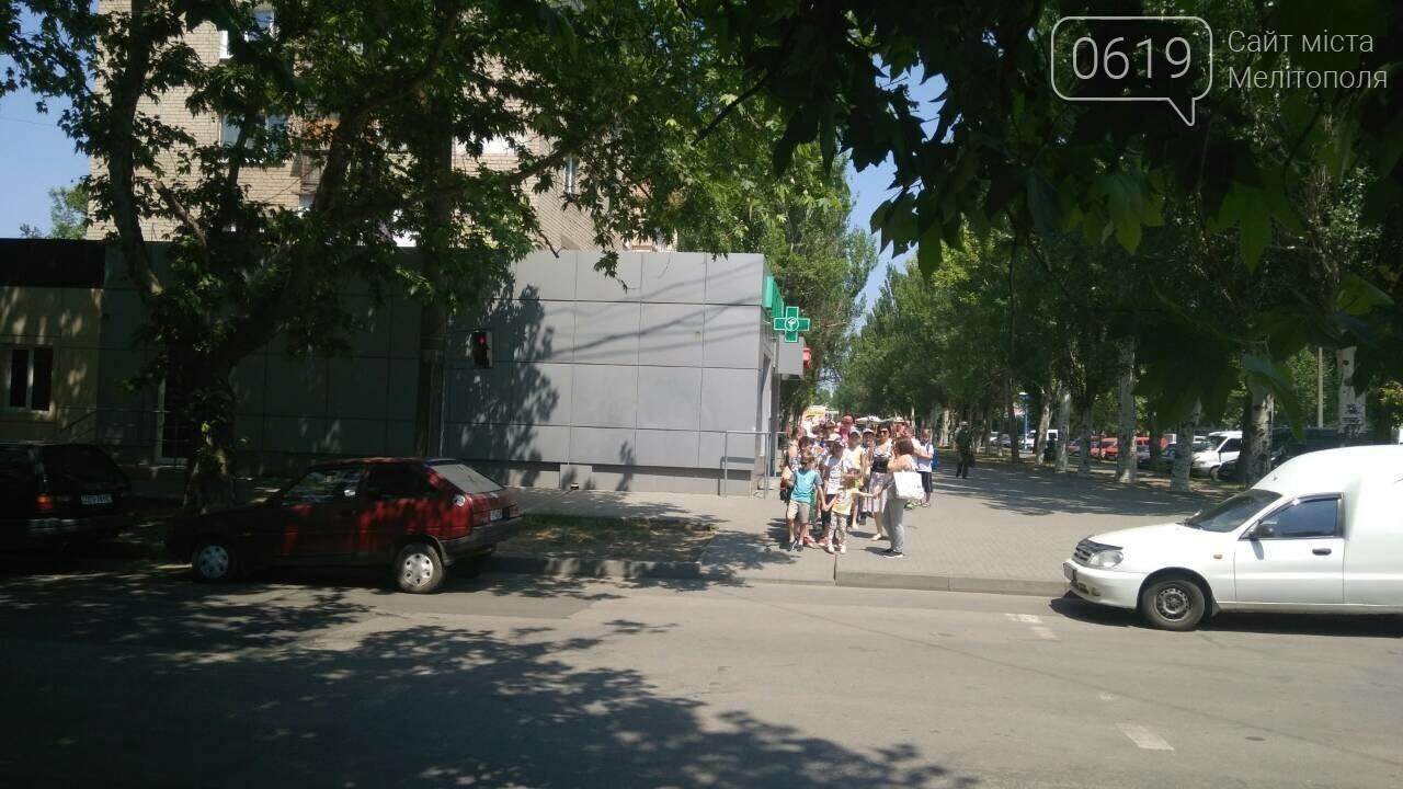 В Мелитополе автохамы массово паркуются в неположенном месте , фото-2
