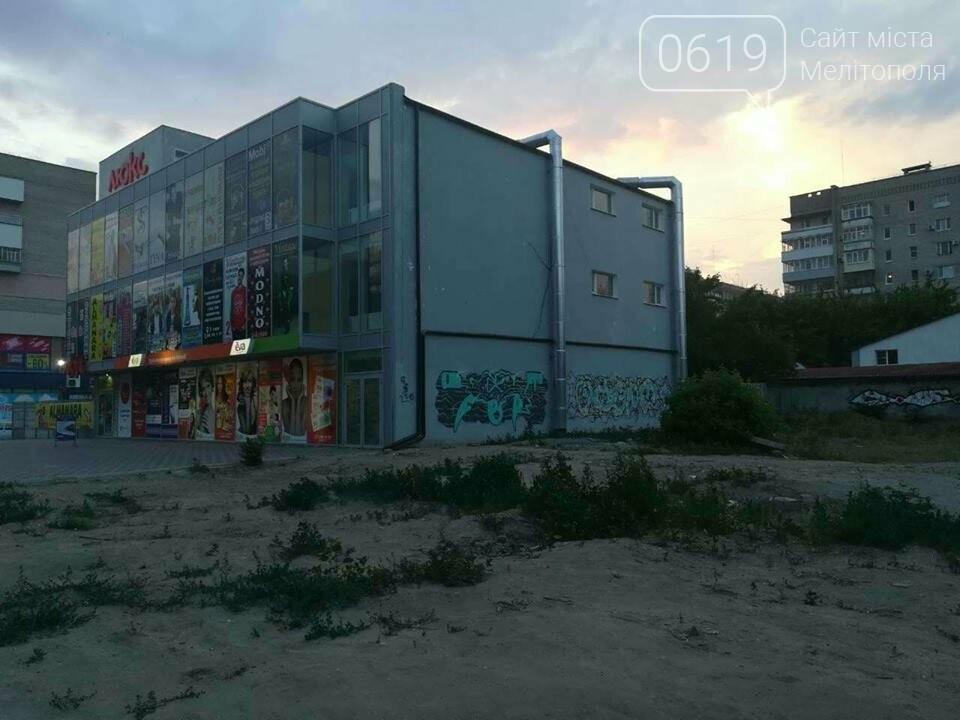 Новый торговый центр в Мелитополе разрисовали вандалы, фото-2