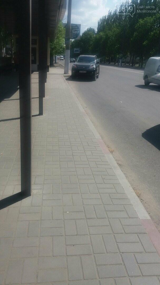 В Мелитополе водитель оставил Lexus на остановке , фото-1