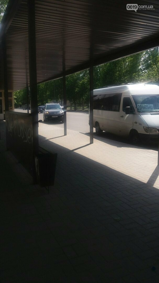 В Мелитополе водитель оставил Lexus на остановке , фото-2
