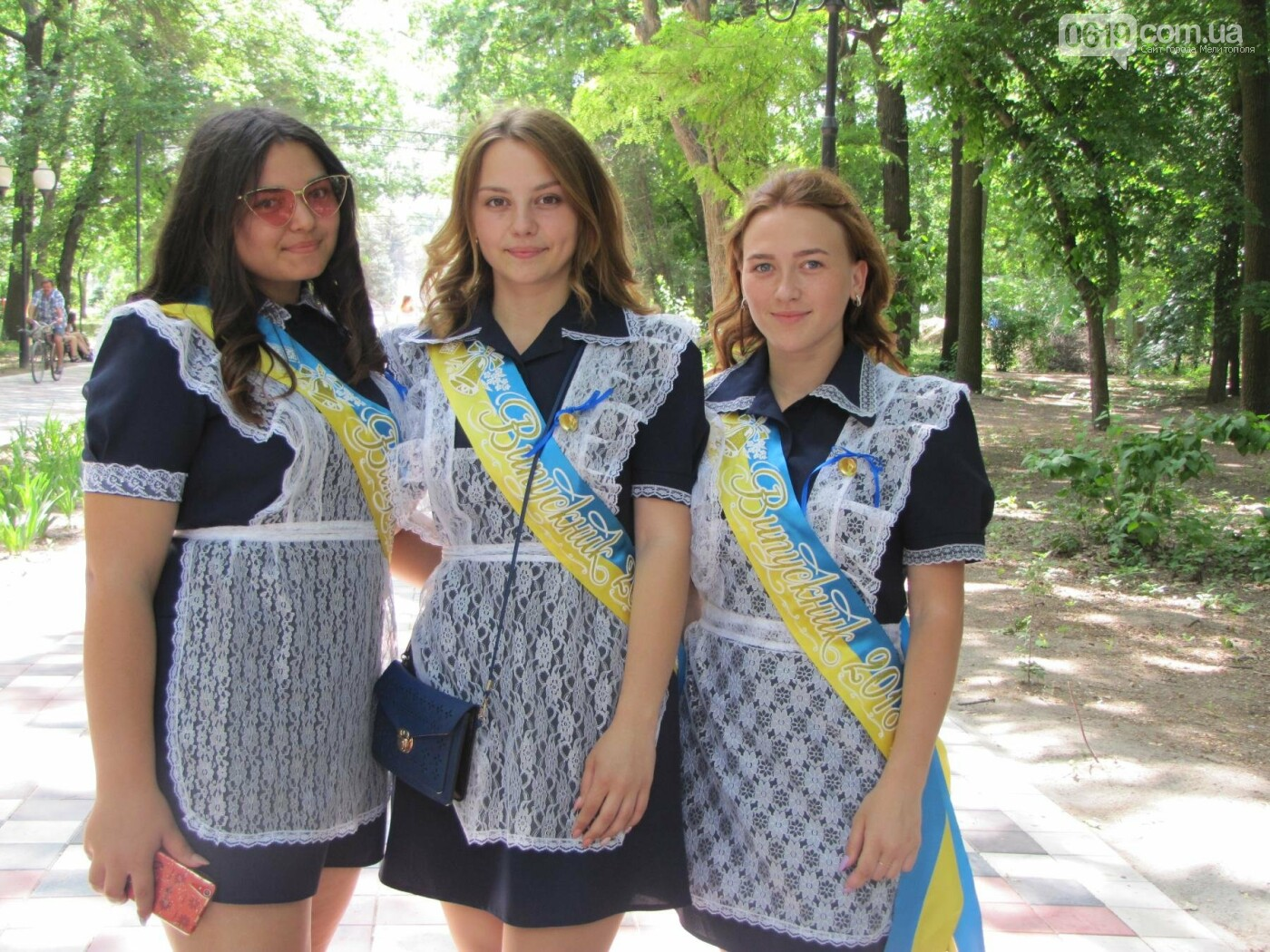 Мелитопольские выпускники не придерживаются единого стиля в нарядах, фото-11