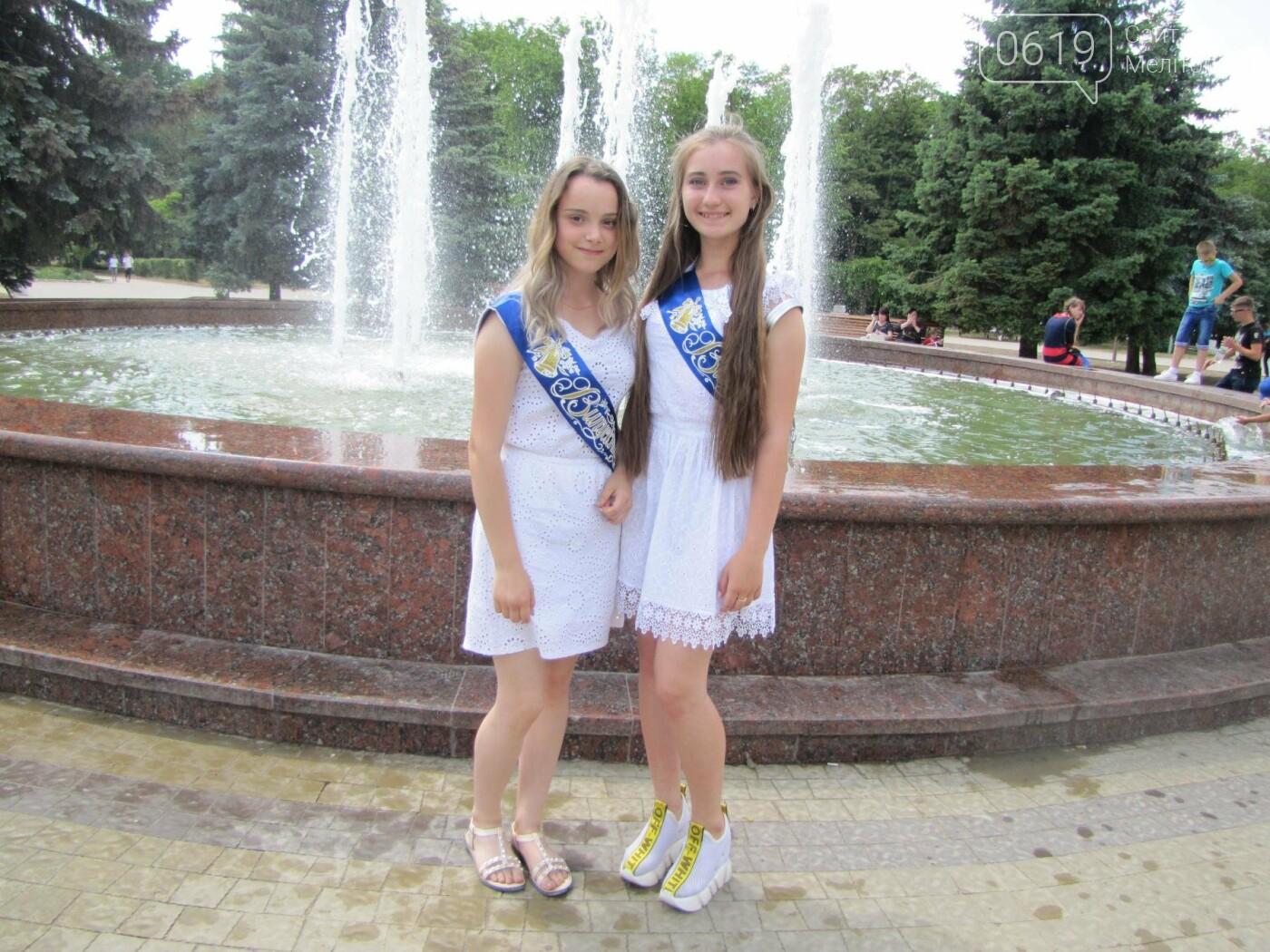 Мелитопольские выпускники не придерживаются единого стиля в нарядах, фото-5