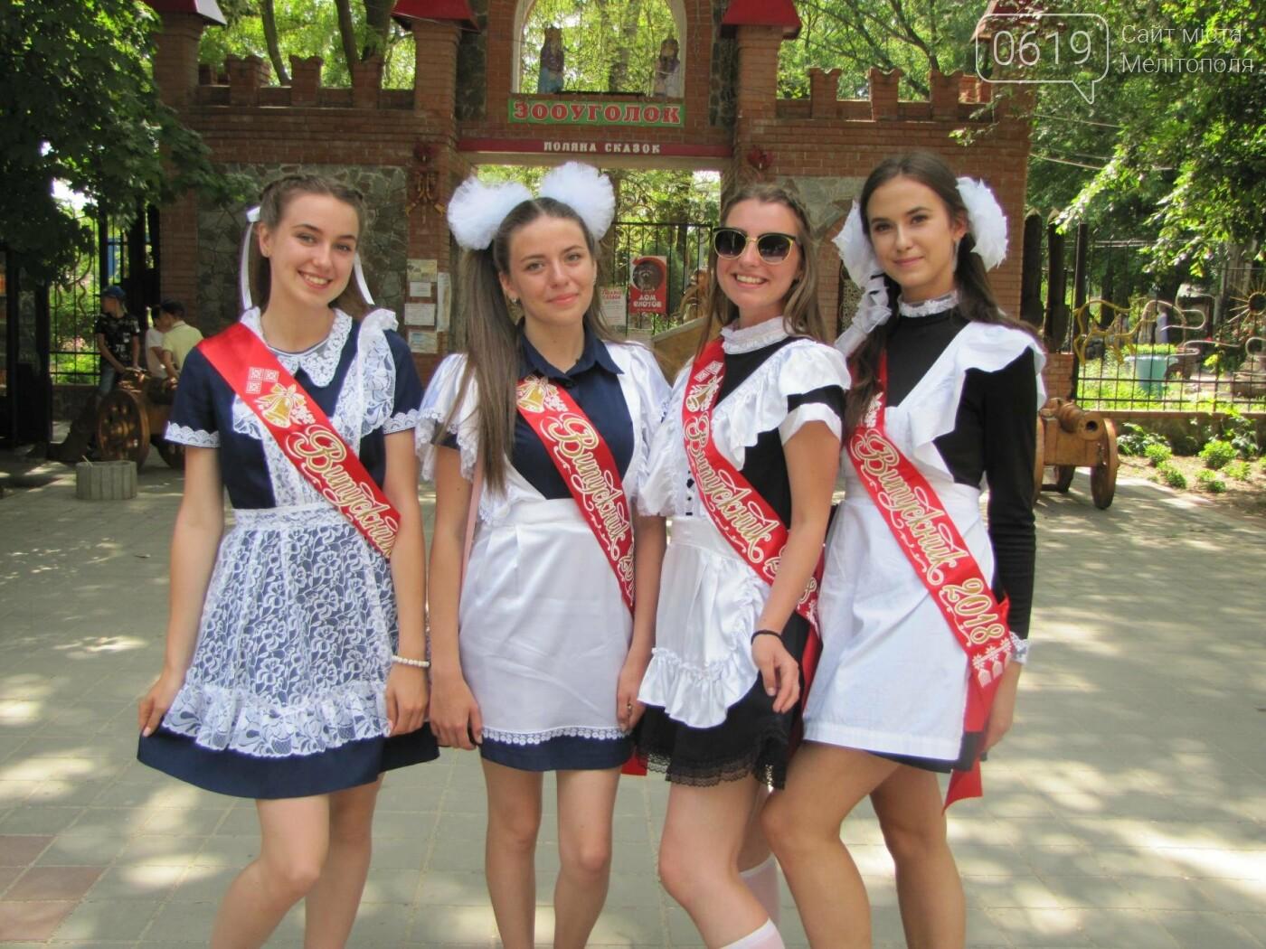 Мелитопольские выпускники не придерживаются единого стиля в нарядах, фото-4