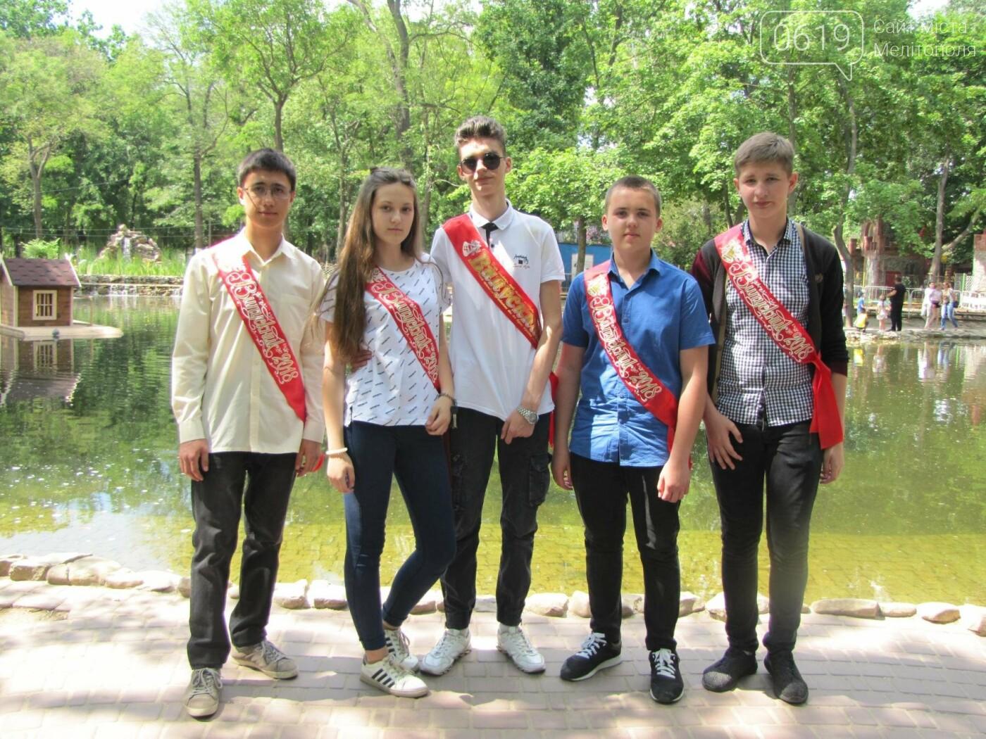 Мелитопольские выпускники не придерживаются единого стиля в нарядах, фото-10