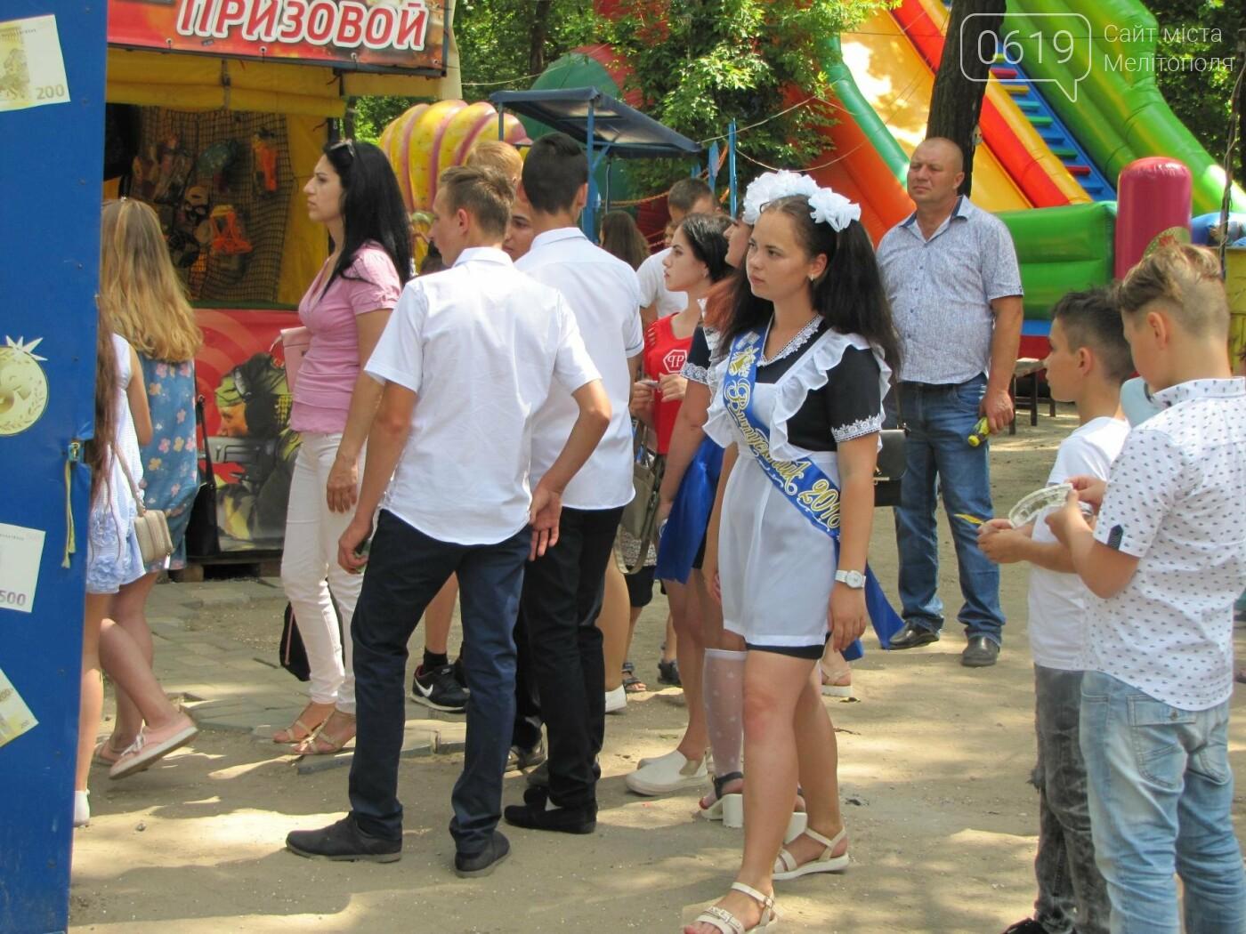 Мелитопольские выпускники не придерживаются единого стиля в нарядах, фото-2