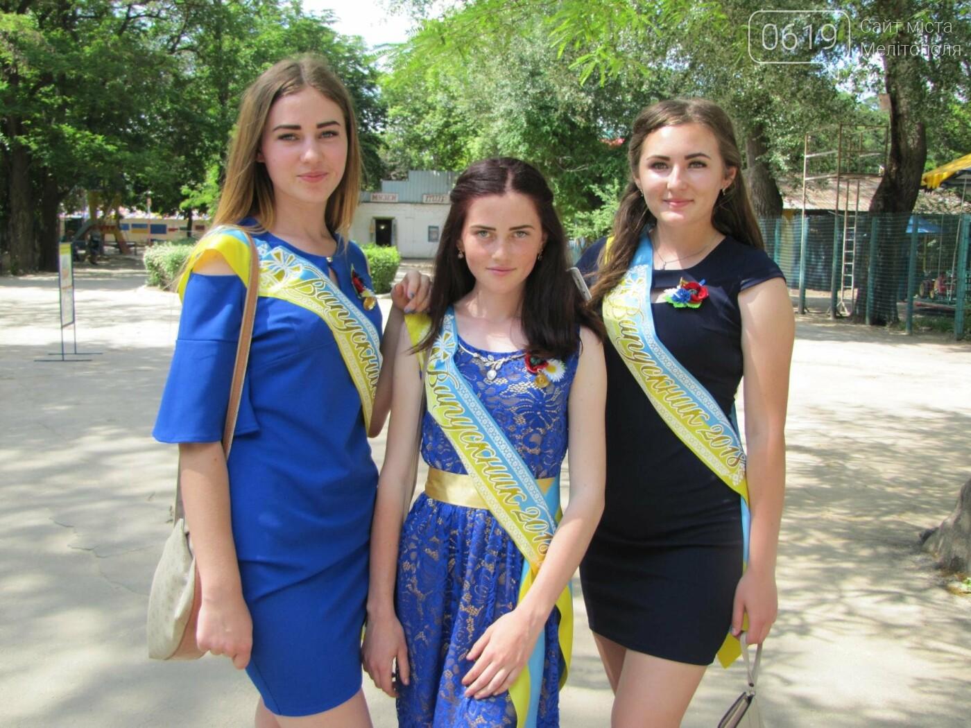 Мелитопольские выпускники не придерживаются единого стиля в нарядах, фото-3