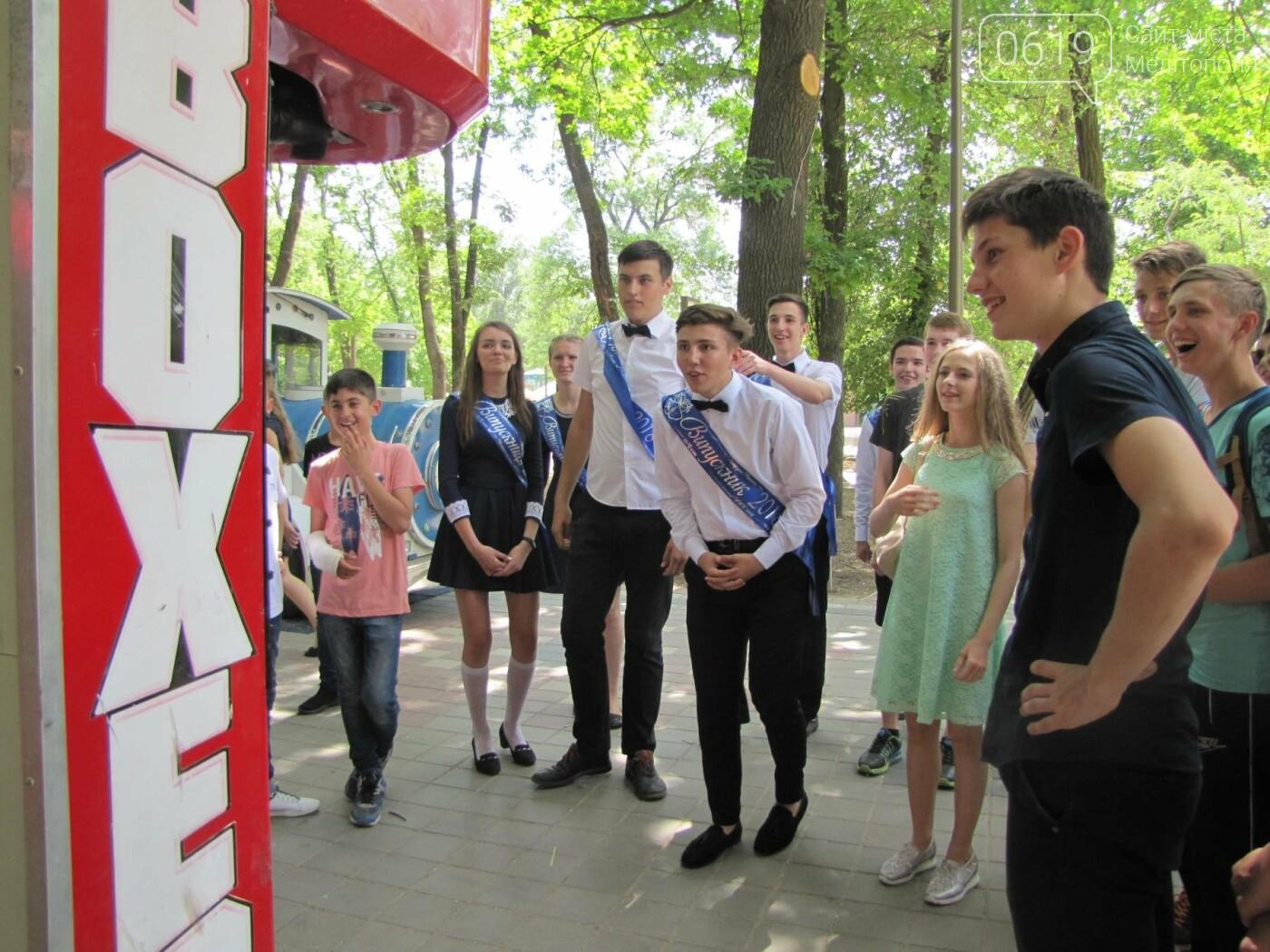 Мелитопольские выпускники не придерживаются единого стиля в нарядах, фото-9