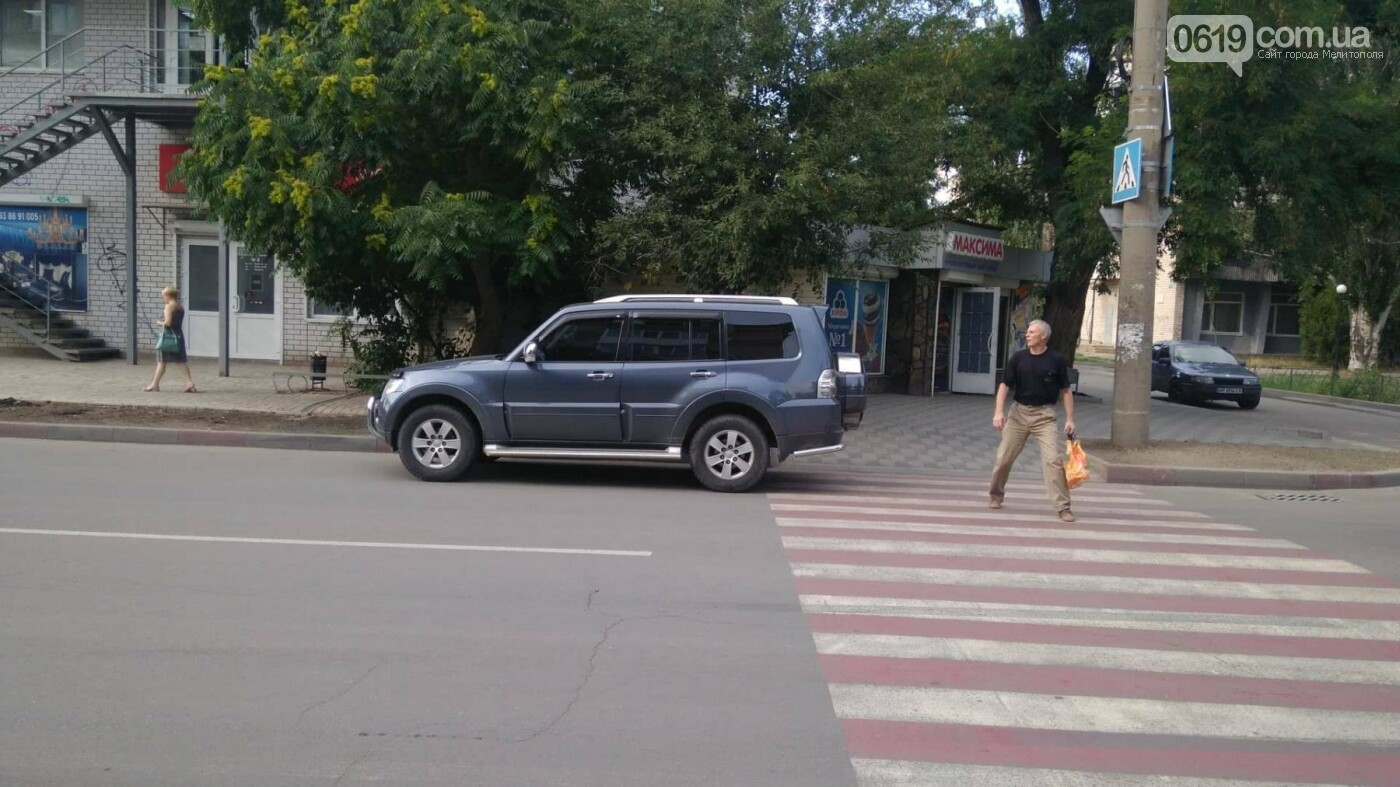 В Мелитополе водитель припарковал свое авто, заехав на пешеходный переход, фото-1