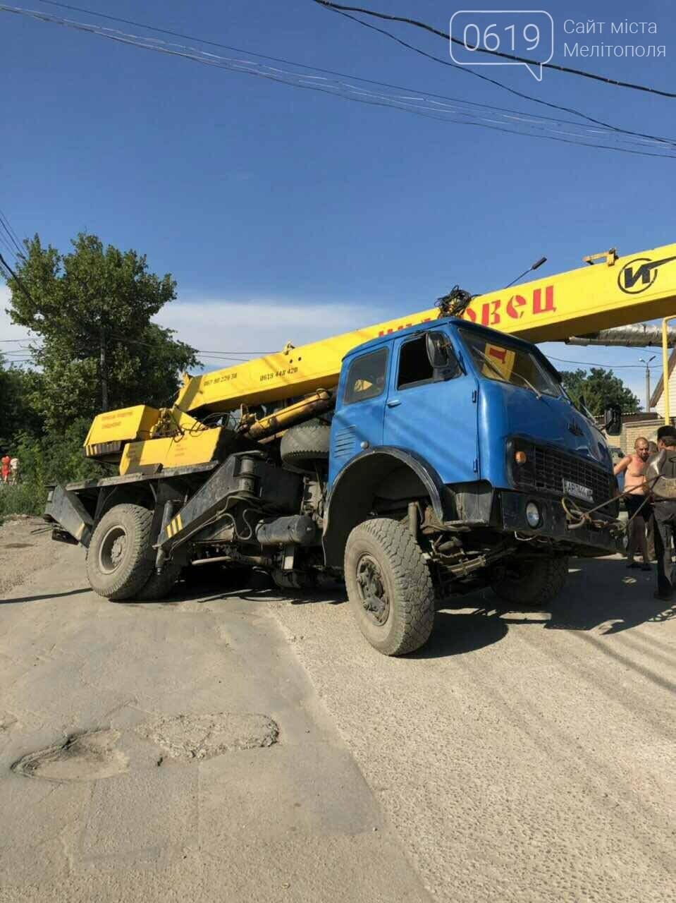 В Мелитополе автокран провалился под асфальт, - ВИДЕО, фото-1