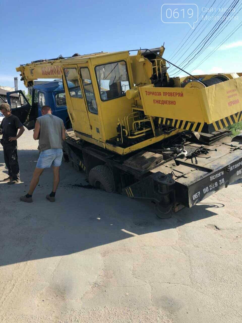 В Мелитополе автокран провалился под асфальт, - ВИДЕО, фото-4