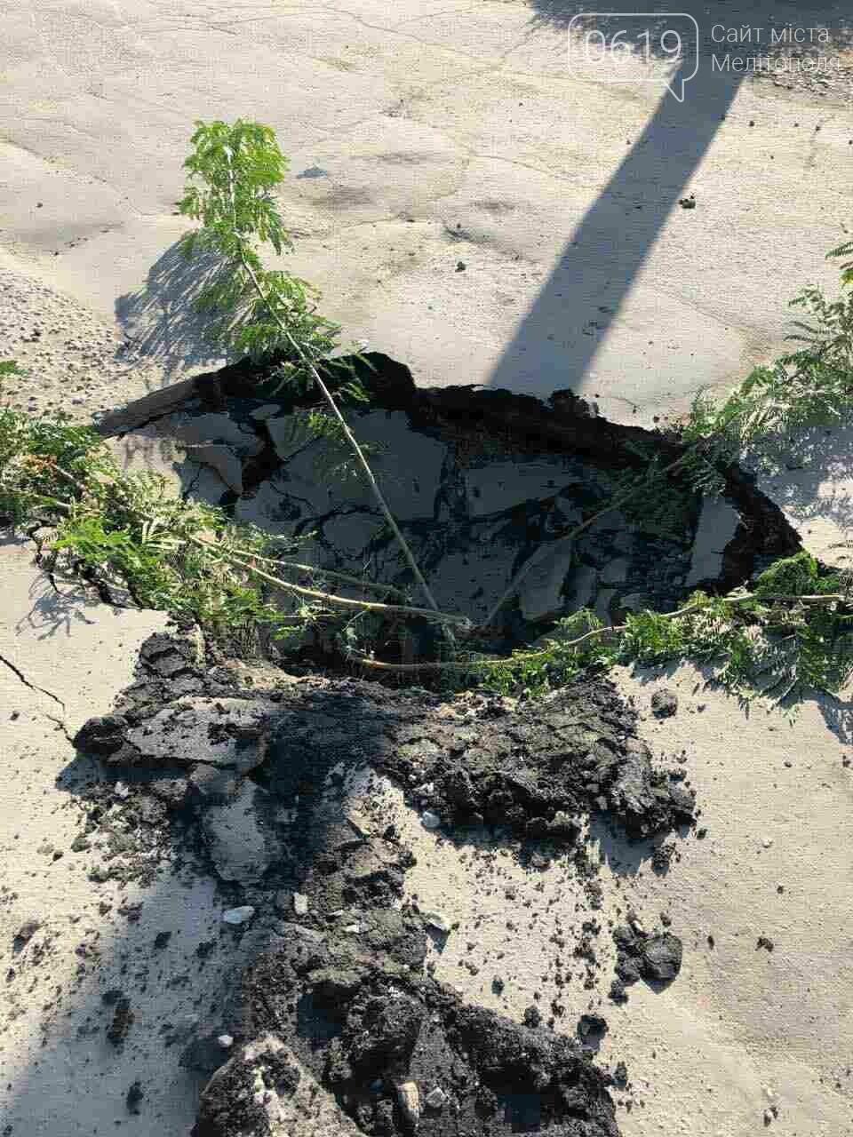 В Мелитополе автокран провалился под асфальт, - ВИДЕО, фото-6