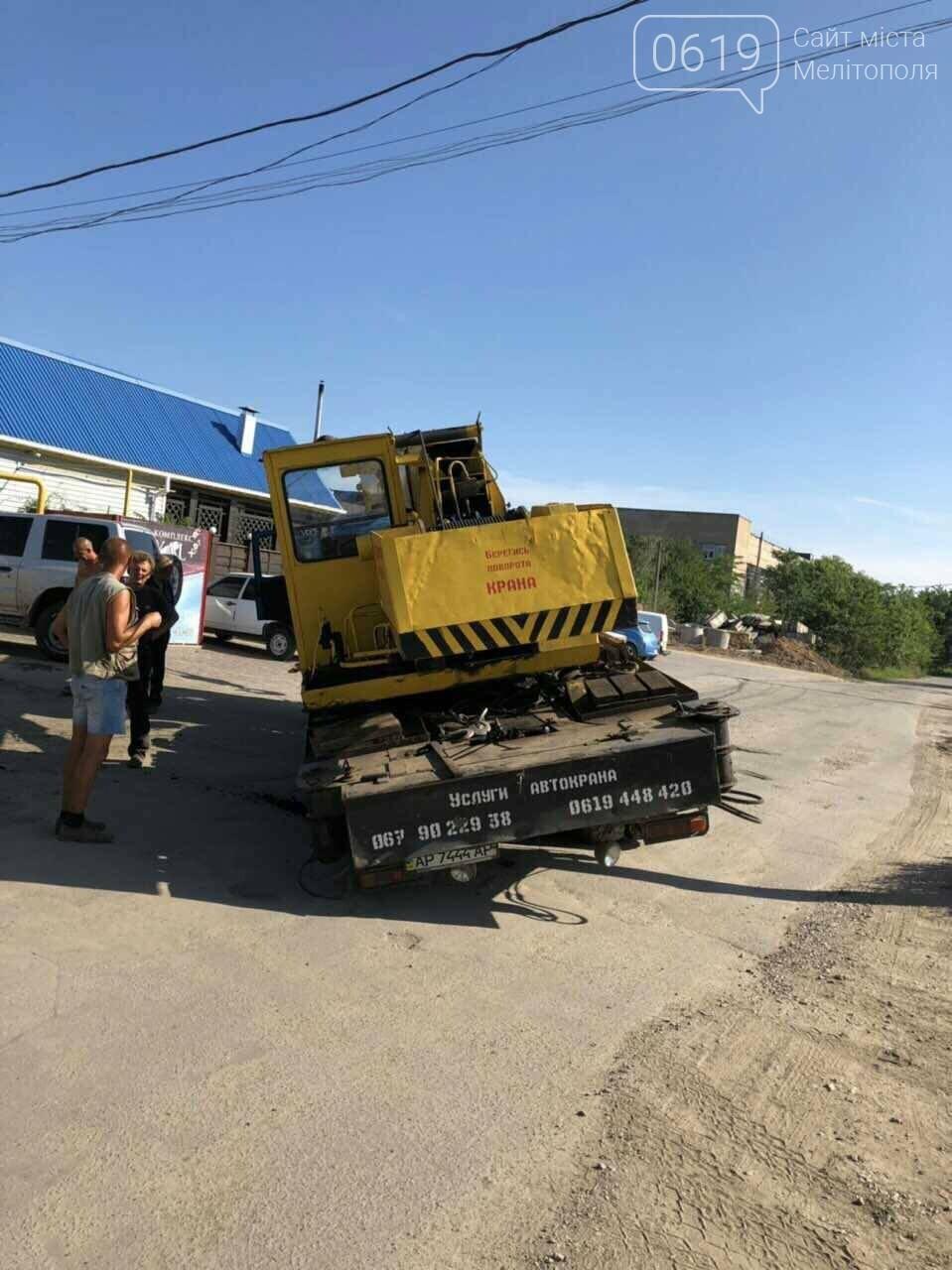В Мелитополе автокран провалился под асфальт, - ВИДЕО, фото-5