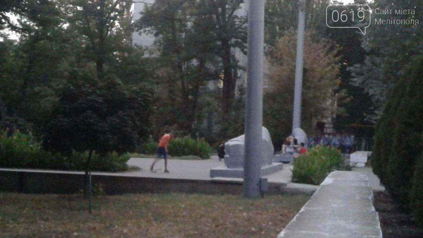 В Мелитополе подростки устроили скейт-парк на Братском кладбище, фото-3