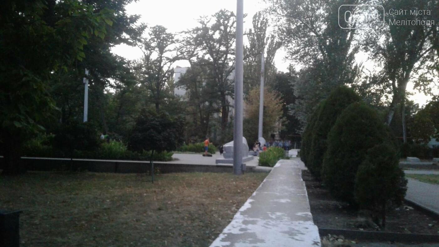 В Мелитополе подростки устроили скейт-парк на Братском кладбище, фото-4