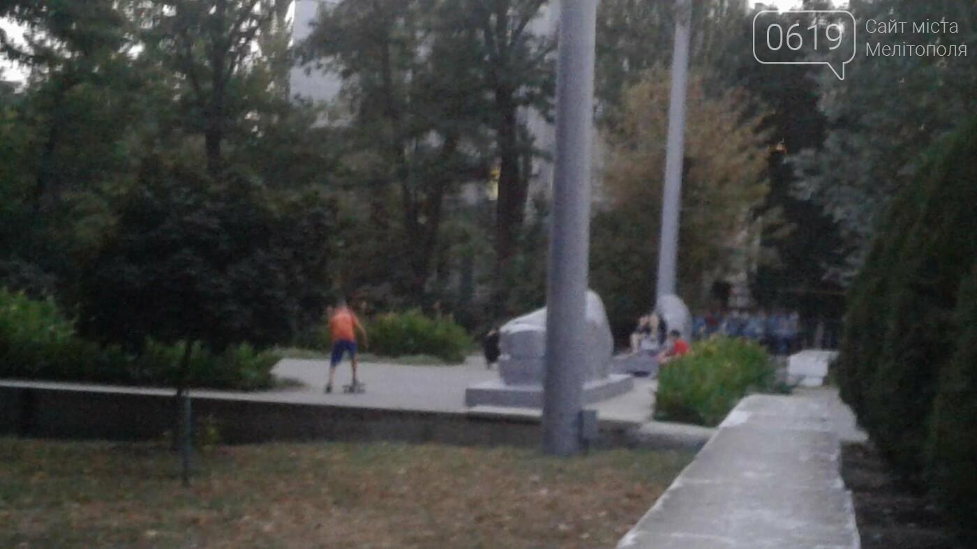 В Мелитополе подростки устроили скейт-парк на Братском кладбище, фото-1