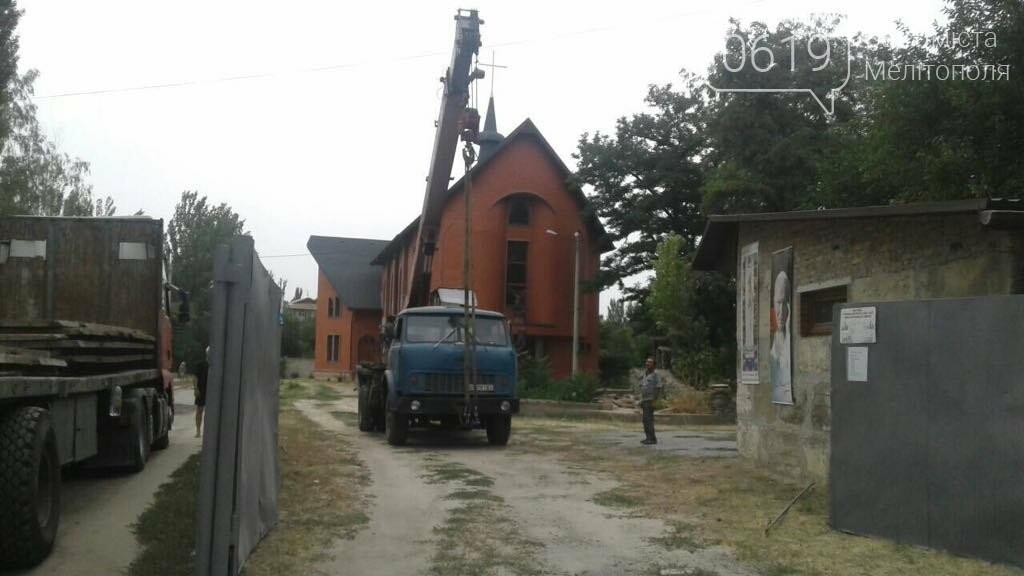 В Мелитополе снесли ограждение вокруг костела, фото-2