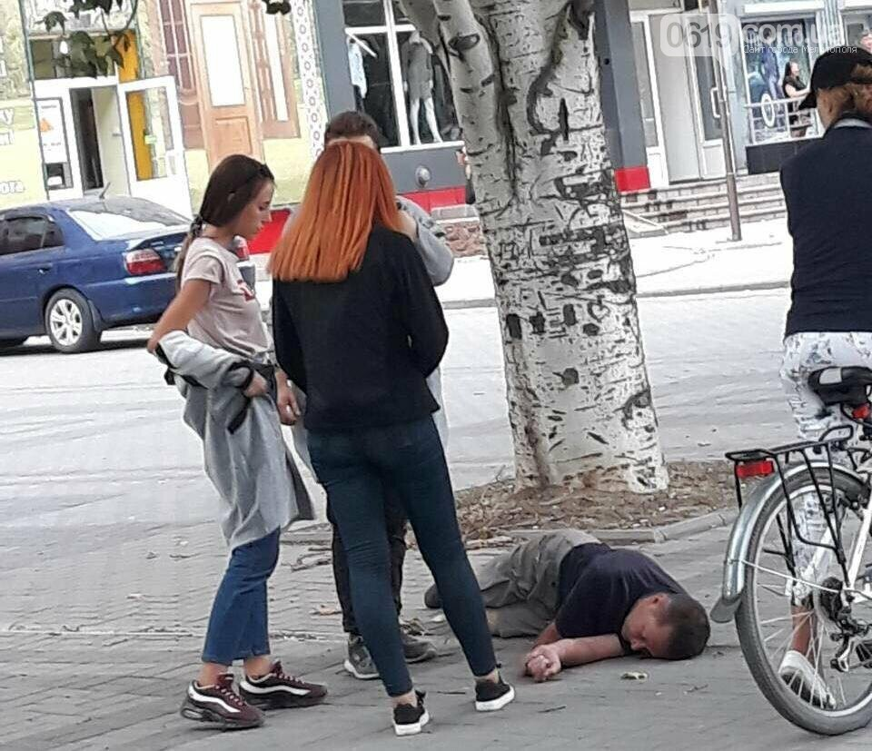 В Мелитополе посреди улицы лежал мужчина без сознания, фото-1