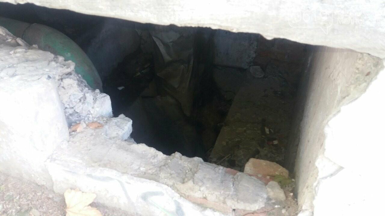 В конструкции, которая закрывает теплотрассу, образовалась опасная дыра, фото-1