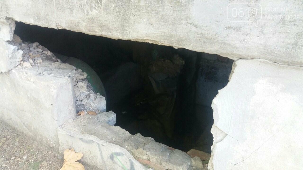 В конструкции, которая закрывает теплотрассу, образовалась опасная дыра, фото-2