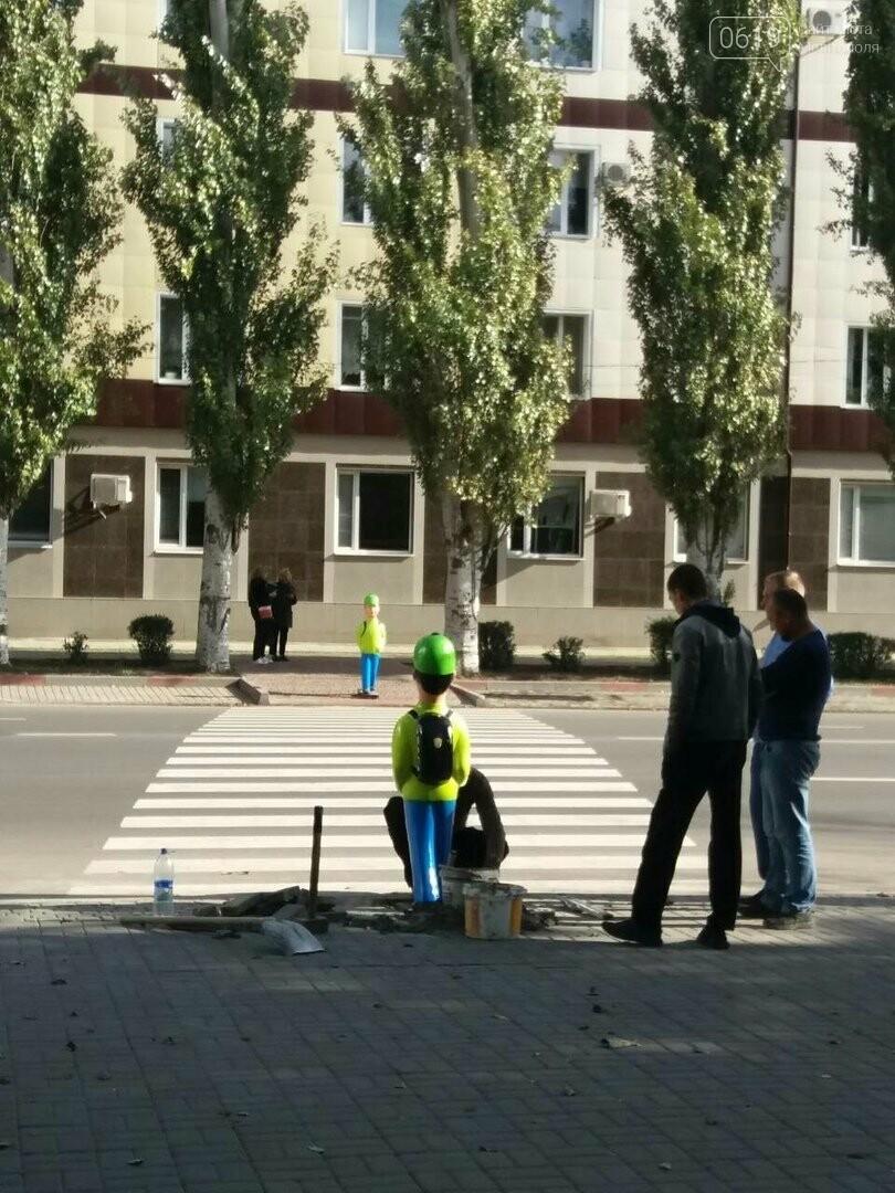 """В Мелитополе возле пешеходного перехода установили пластиковых """"школьников"""", фото-1, Фото сайта 0619"""