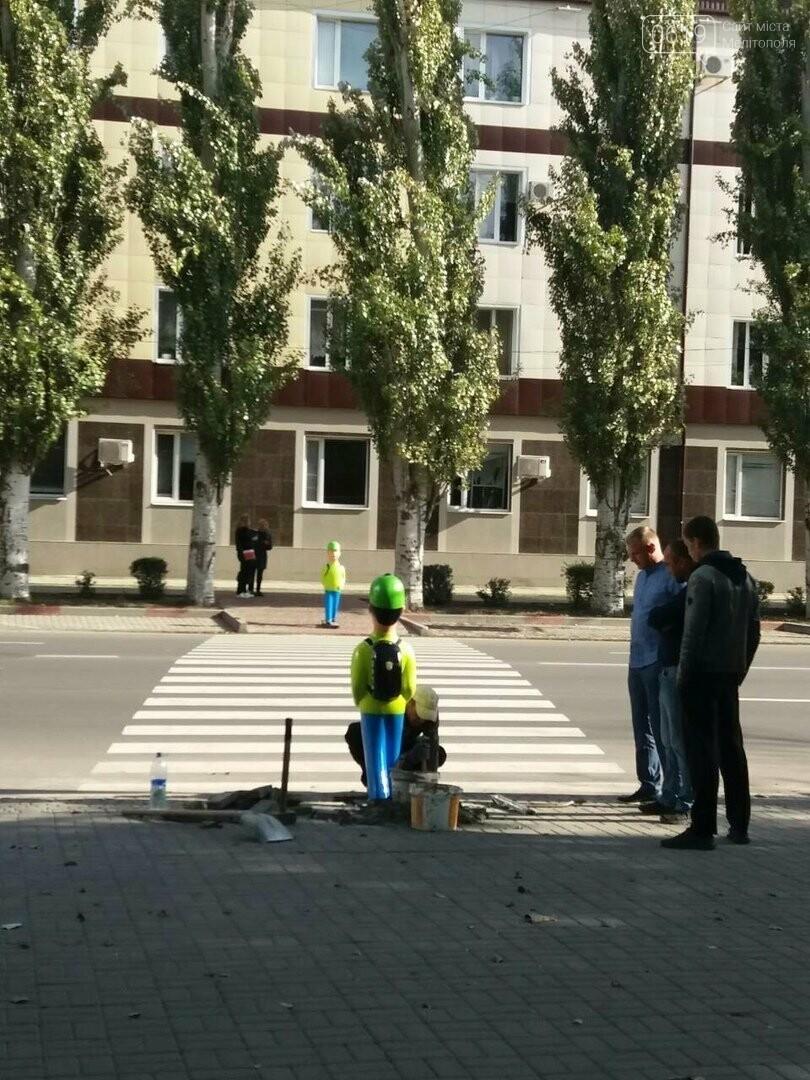 """В Мелитополе возле пешеходного перехода установили пластиковых """"школьников"""", фото-2, Фото сайта 0619"""