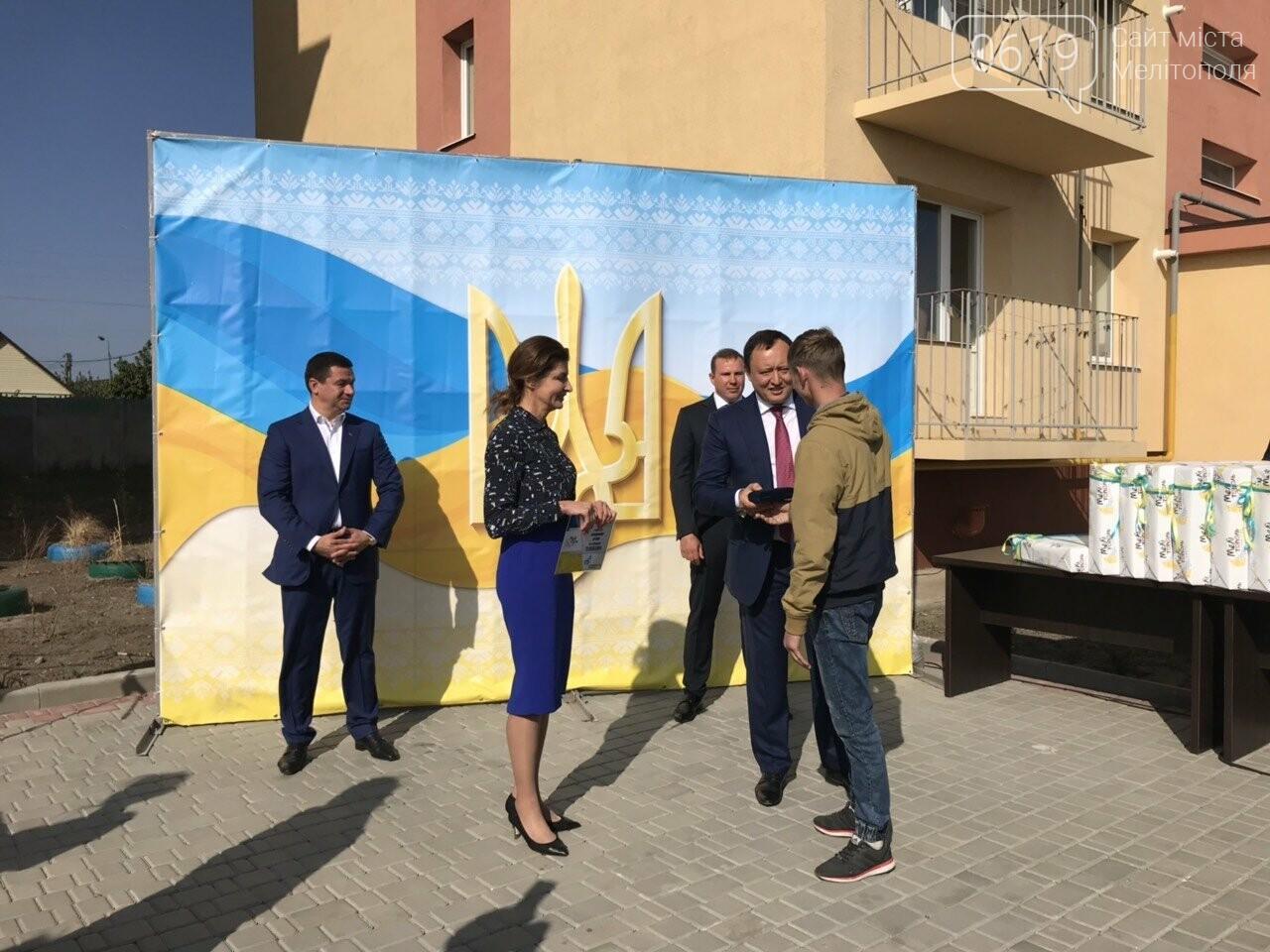 Супруга Президента вручила мелитопольским сиротам ключи от квартир , фото-10, Фото сайта 0619