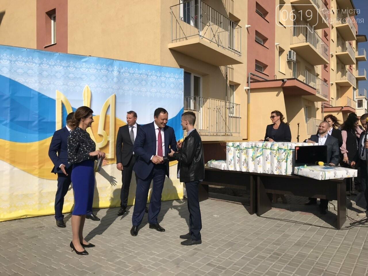 Супруга Президента вручила мелитопольским сиротам ключи от квартир , фото-7, Фото сайта 0619