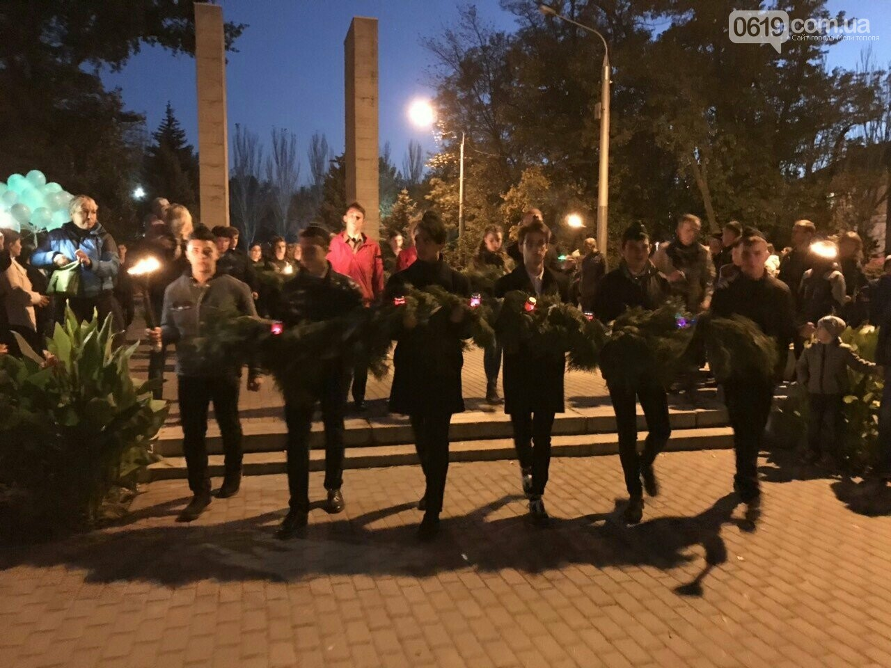 В Мелитополе День освобождения завершили традиционным факельным шествием, фото-9