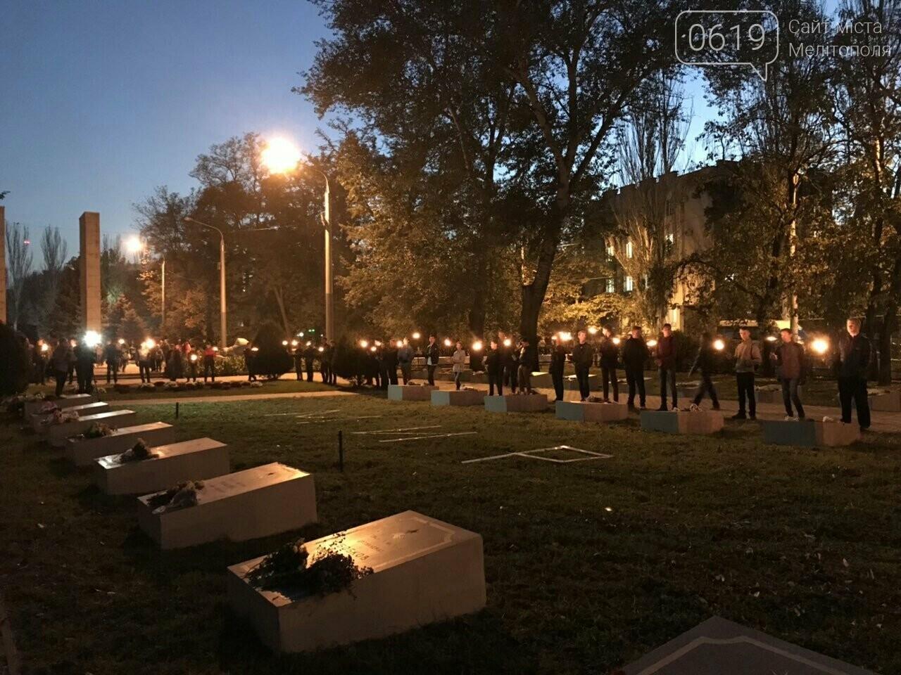 В Мелитополе День освобождения завершили традиционным факельным шествием, фото-15