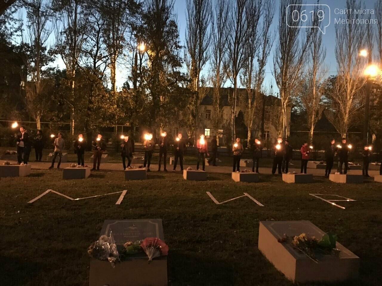 В Мелитополе День освобождения завершили традиционным факельным шествием, фото-11