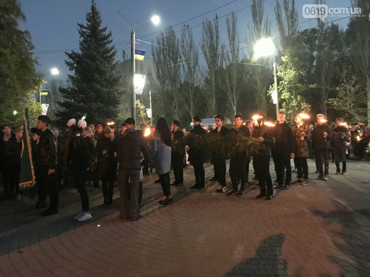 В Мелитополе День освобождения завершили традиционным факельным шествием, фото-2