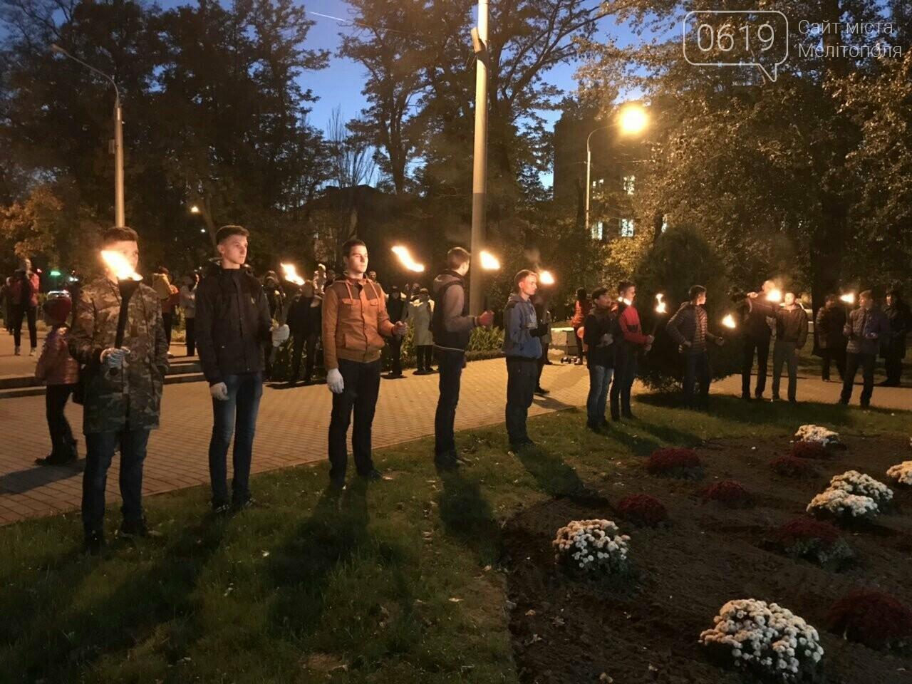 В Мелитополе День освобождения завершили традиционным факельным шествием, фото-12
