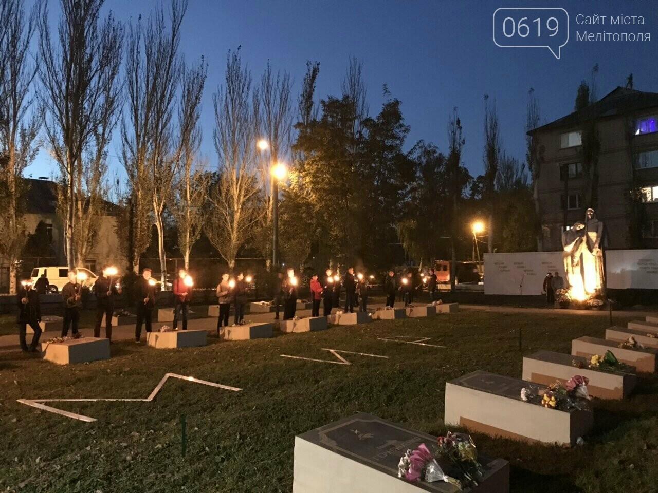 В Мелитополе День освобождения завершили традиционным факельным шествием, фото-13