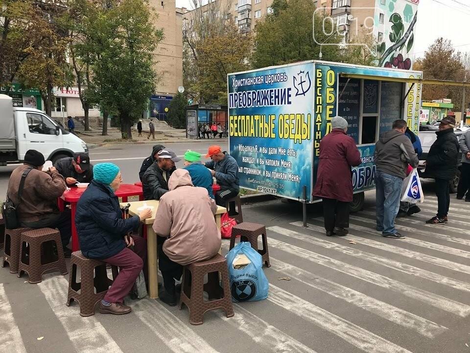 В Мелитополе нуждающихся кормят борщом и пельменями , фото-4, Фото сайта 0619