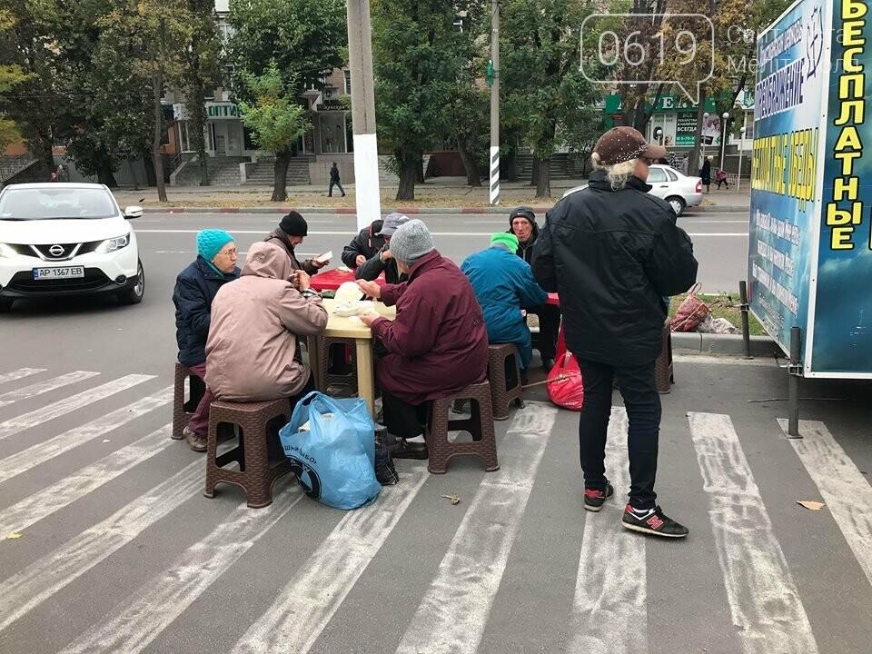 В Мелитополе нуждающихся кормят борщом и пельменями , фото-3, Фото сайта 0619